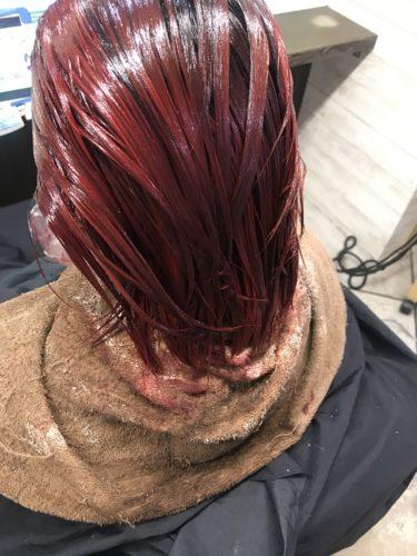 赤いカラーリング塗布