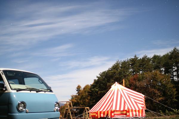 車とテントと星